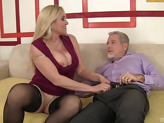 Busty mature foetus Carla Craves makes her first ever porn video