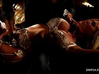 Horny man turns seductive curvy babe Brandi Carry the with sensual cunnilingus