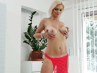 Mature flaxen-haired chick Kirsten Klark spreads her legs to personate